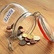 Glas mit Münzen Aufschrift Rente